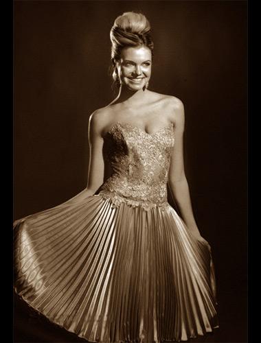 Платье с кружевным лифом, юбка-гофре.  Атлас.