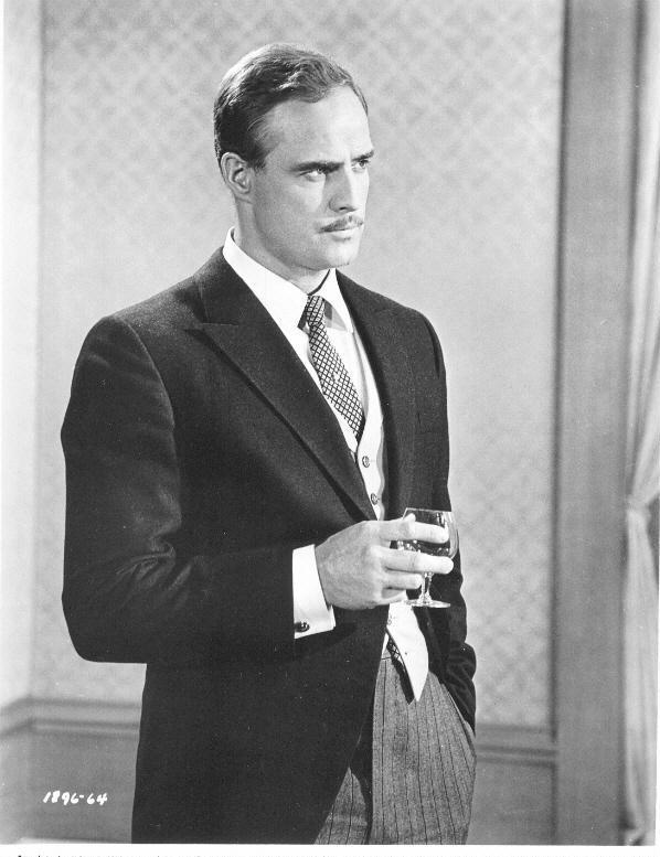 Marlon Brando naît dans une famille modeste du Nebraska qui a des ascendances françaises allemandes hollandaises irlandaises et anglaises