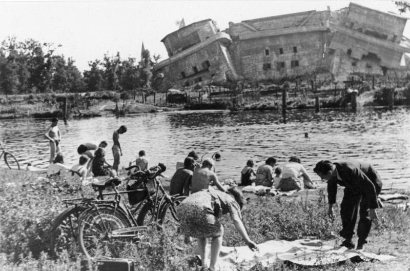 Разрушенная зенитная башня. Снимок 1945 года, уже после войны