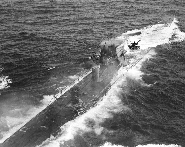 С затонувшей немецкойподводной лодки