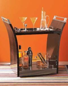 ...с хозяйкой стоял сервировочный столик, или мини-бар на колесиках.